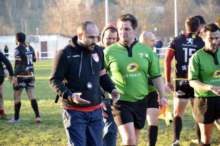Rugby LSC - Le match est terminé et le LSC a triomphé, mais Christophe essaye de comprendre auprès du juge de touche le dernier essai litigieux.