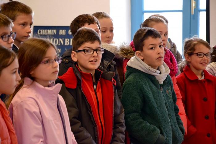 Inauguration sous répartiteur de Monblanc - Les enfants de l'école élémentaire écoutent attentivement les élus leur parler de l'arrivée du numérique dans leur village