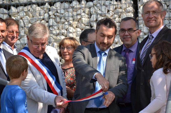 Inauguration de l'espace paysager Jean Bertin de Monblanc -septembre 2017 - Le secrétaire de la préfecture, Guy Fitzer, coupant le ruban