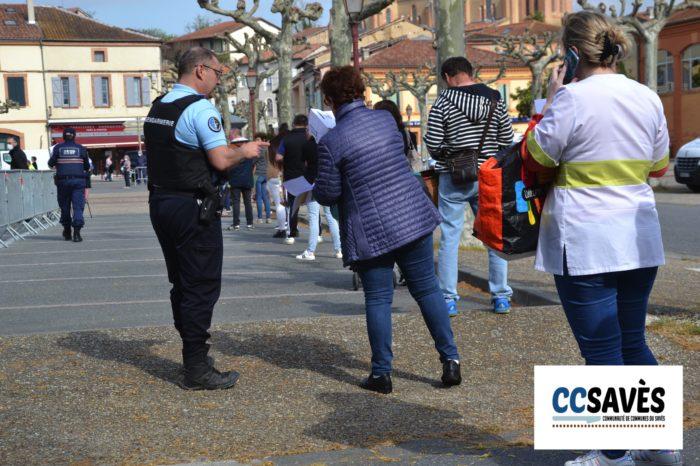 Marché de Samatan du 13 avril 2020 - Contrôle des attestations de déplacement dérogatoire le long de la queue
